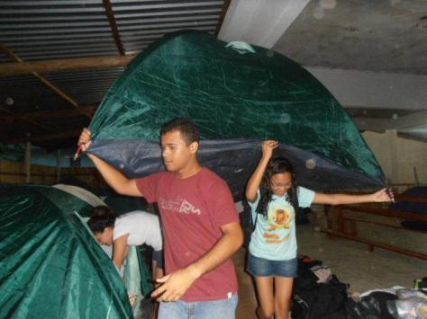 Jovens organizam o acampamento, na comunidade de São Roque
